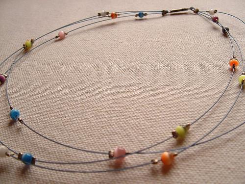 Un collier multicolore